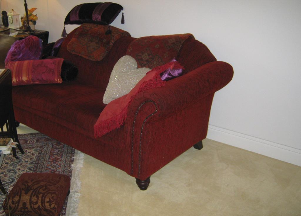 Rotes Sofa vor weißer Wand