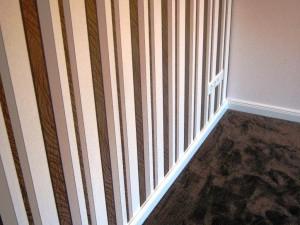 Eine Wand mit braunem Streifenmuster